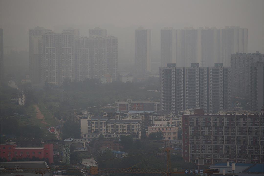 中國多地出現霧霾,四川成都更有逾兩萬人因而滯留機場。圖為2015年6月30日,霧霾之中的成都。