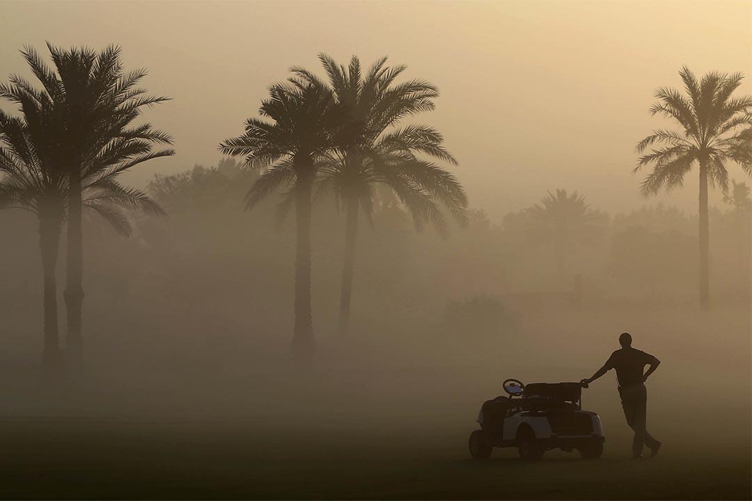 2016年12月7日,杜拜高爾夫球賽,一個人站在晨霧中。