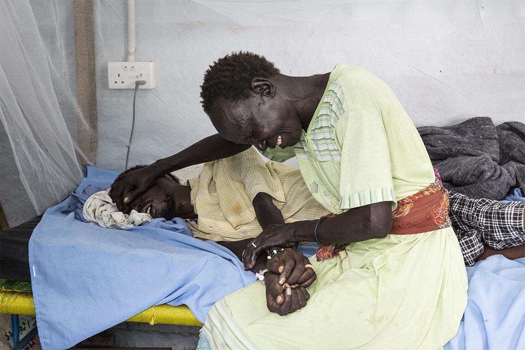 2015年11月,南蘇丹馬拉卡勒(Malakal, South Sudan),在馬拉卡勒聯合國營地內的無國界醫生醫院,一名女士為她的親人患上惡疾而感到難過。