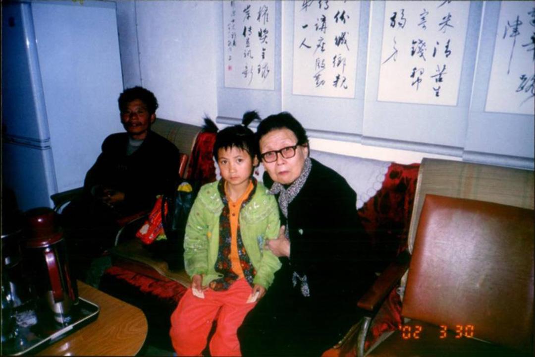 高耀洁收留艾滋孤儿。