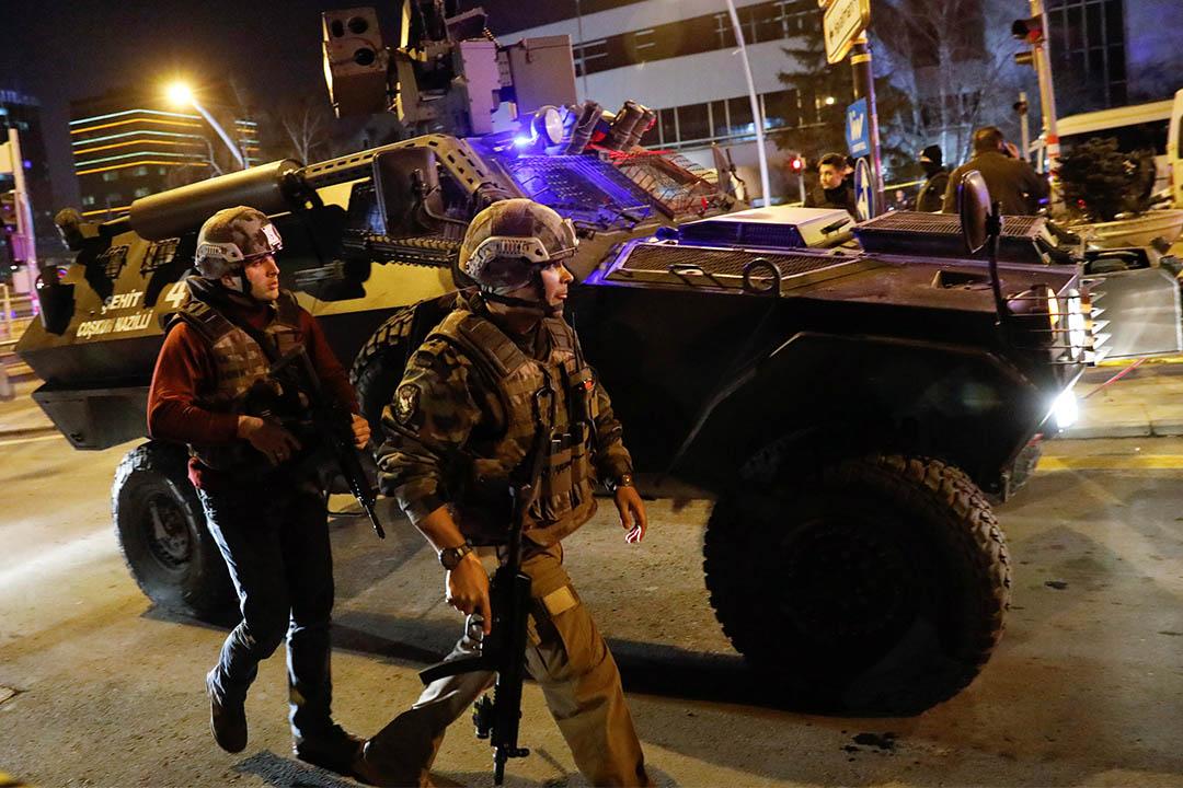土耳其警察事後在槍擊現場駐守。