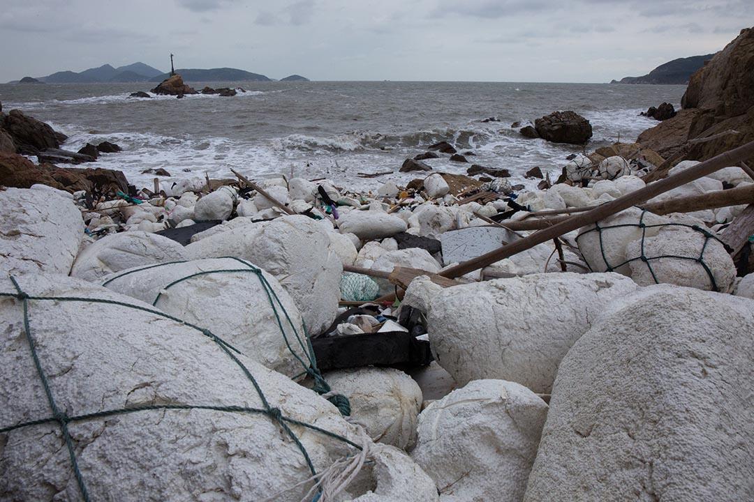 福州市使用保麗龍作為定置漁網的浮球,馬祖海岸上不時地鋪上白茫茫一片保麗龍。