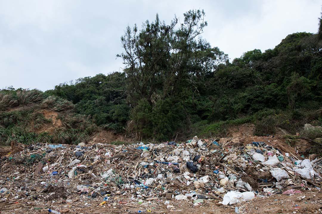 位在環保局旁一處存放海漂垃圾的空地。