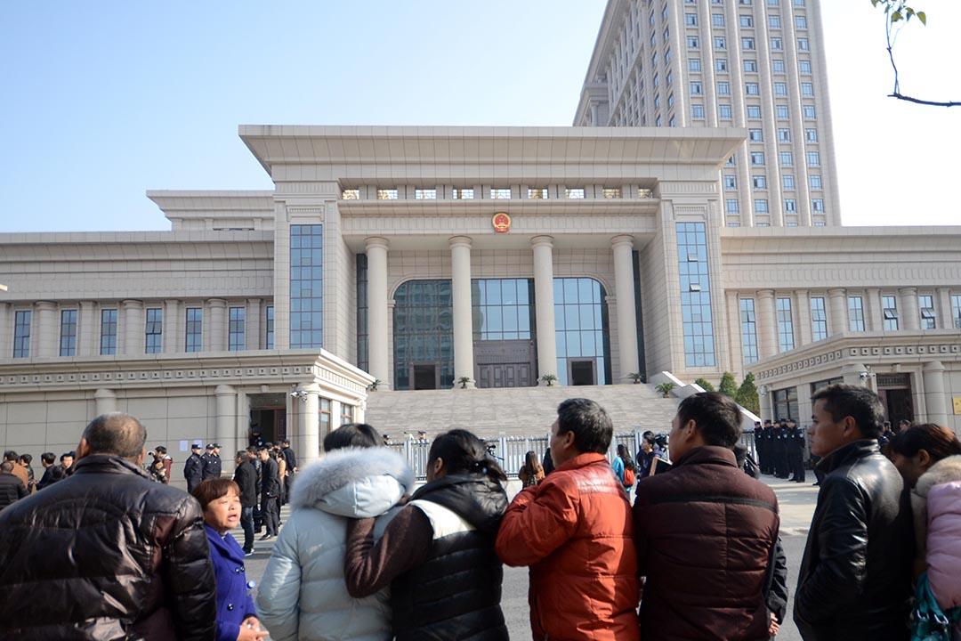 2016年12月22日,江西省高級人民法院依法對宣告無罪後,家人為黃志強、方春平、程髮根、程立和戴上大紅花,包車迎接他們回家。