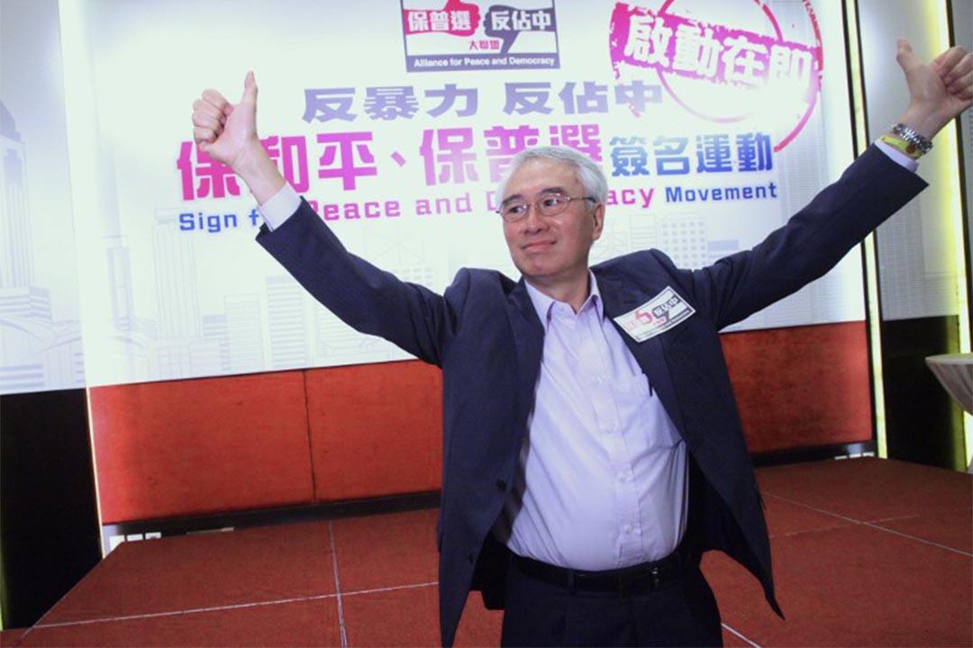 周融在北京和港澳辦主任王光亞會面後,向傳媒宣佈中央將放寬對部份非建制人士的入境限制,重新接受他們申領回鄉證。