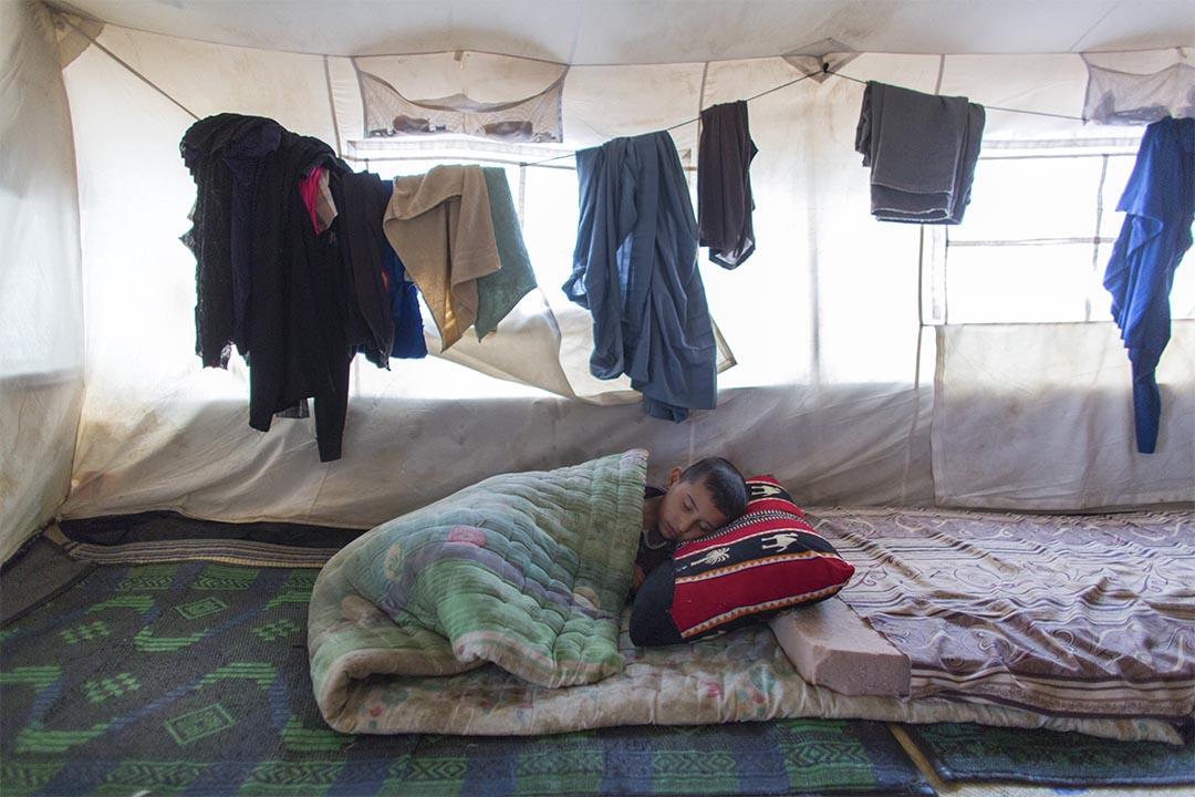 2016年5月,伊拉克蘇萊曼尼亞(Sulaymaniyah, Iraq),北部哈奈根(Khanaqin)難民營內一名熟睡的小男孩。這個帳篷是他和家人的臨時棲身所。在這難民營裡,無國界醫生向來自鄰近地區因暴力而流離失所的人,提供心理健康服務、非傳染性疾病治療,以及進行健康推廣活動。