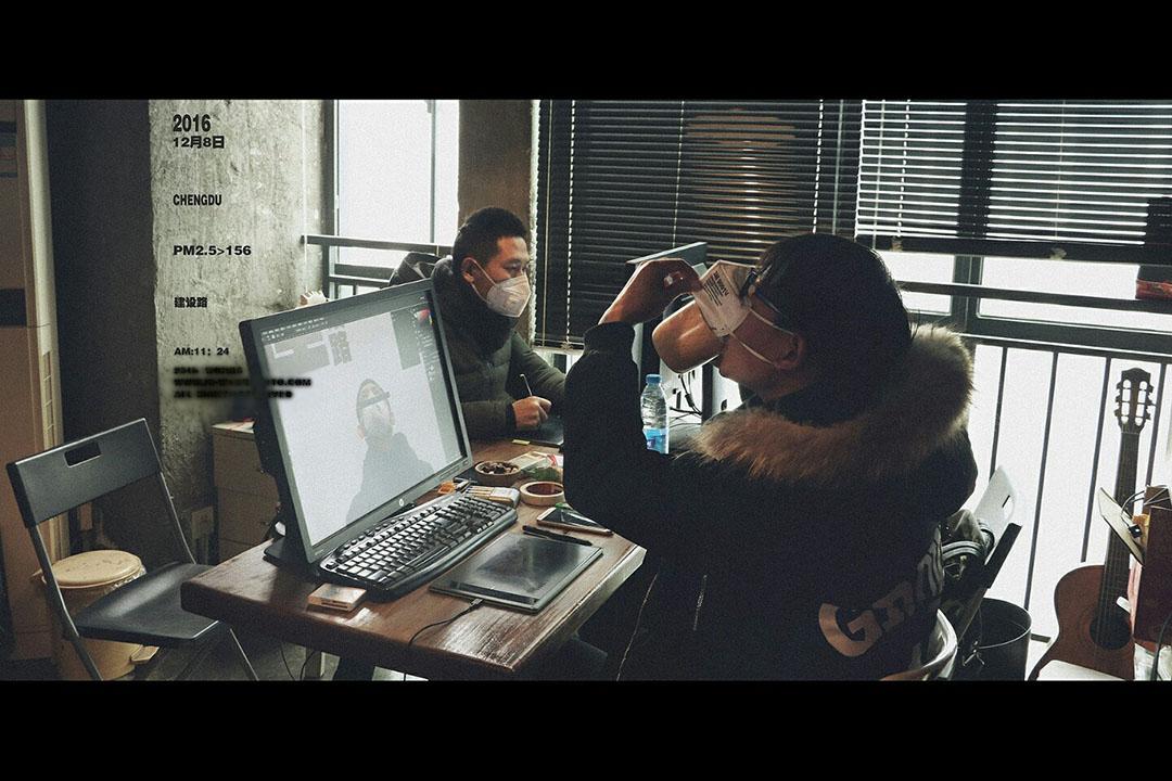 攝影師李傑(化名)和他的同事在工作室內拍攝的照片。