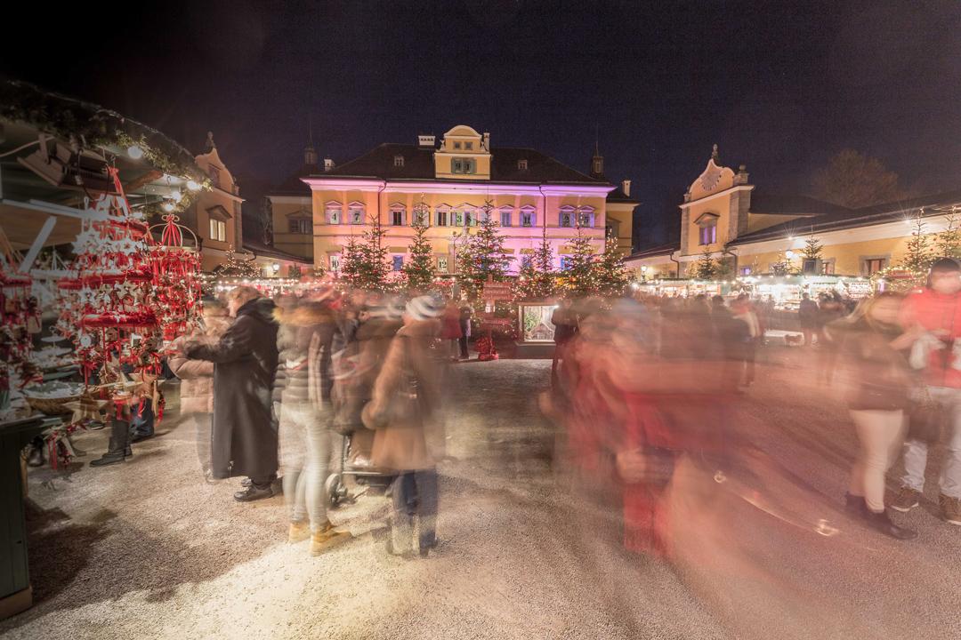 位於奧地利薩爾斯堡海爾布倫宮的聖誕集市。