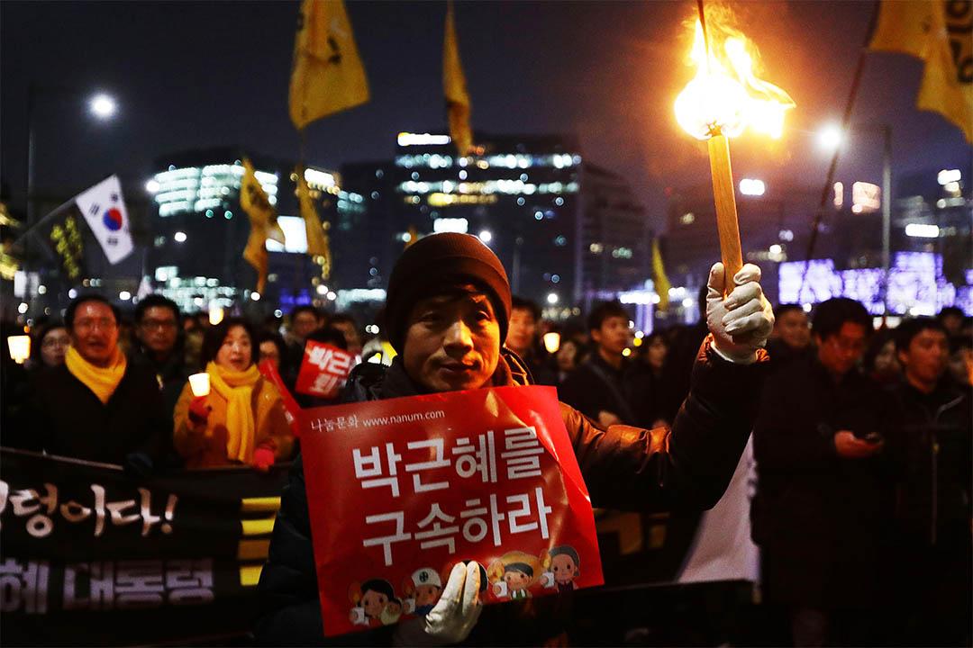 2016年12月3日,南韓首爾,示威者繼續集會,要求總統朴槿惠下台。