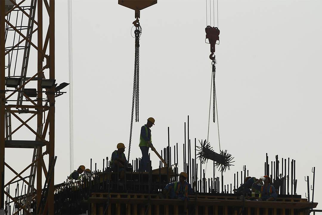 2011年10月23日,卡塔爾,工人正在興建一座新商廈。