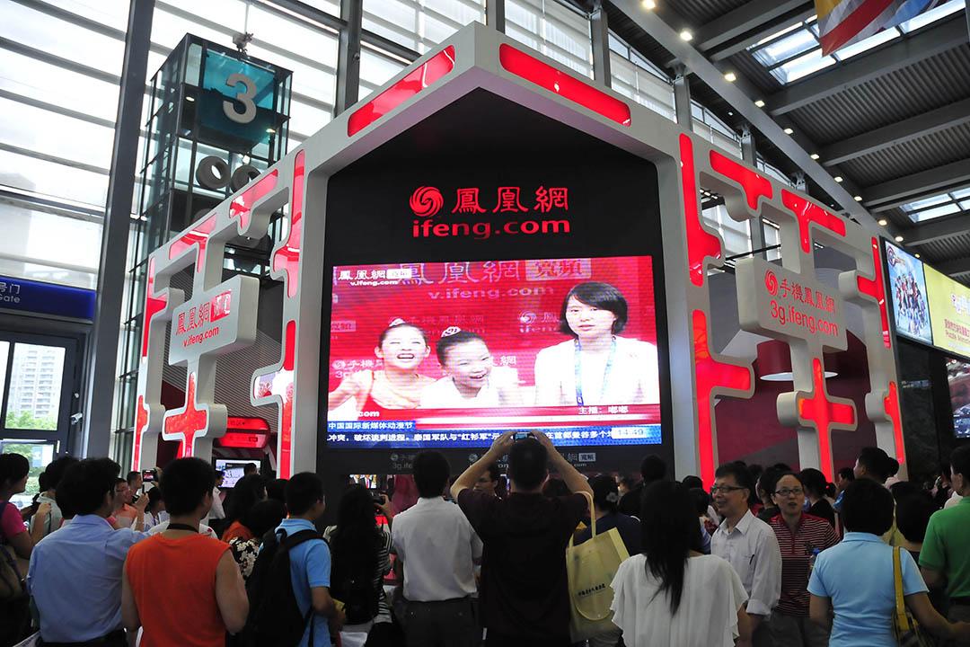 2010年5月16日,第六屆中國(深圳)國際文化產業博覽交易會。愛好者簽名。鳳凰網展位。觀眾在體驗做主持人。