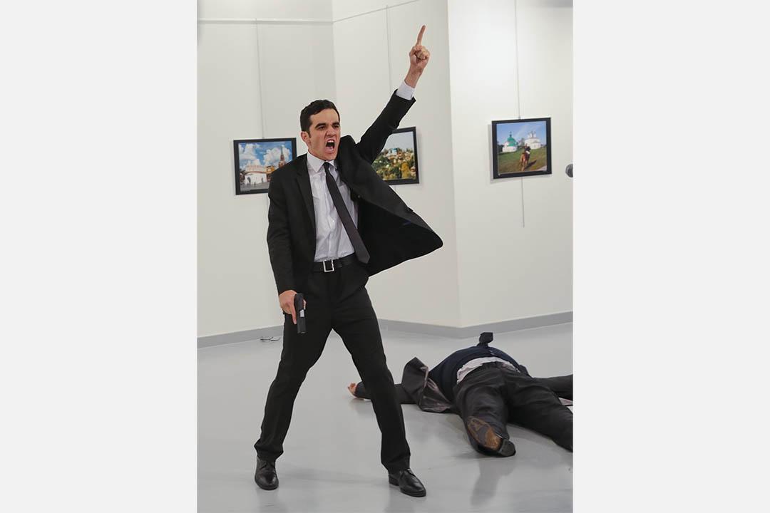 槍手槍擊俄羅斯大使Andrei Karlov後,在現場舉起手。