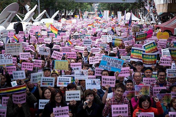 11月28日,到場群眾高舉標語,訴求直接修《民法》。