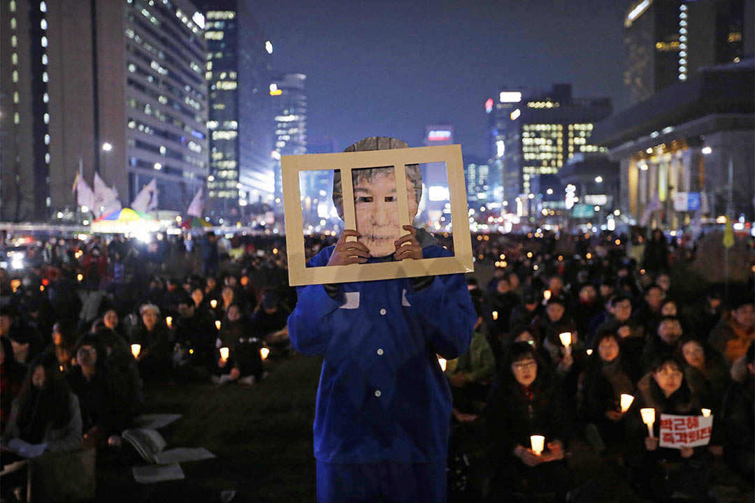 2016年11月30日,南韓首爾,一個人拿著道具參與要求朴槿惠下台的集會。