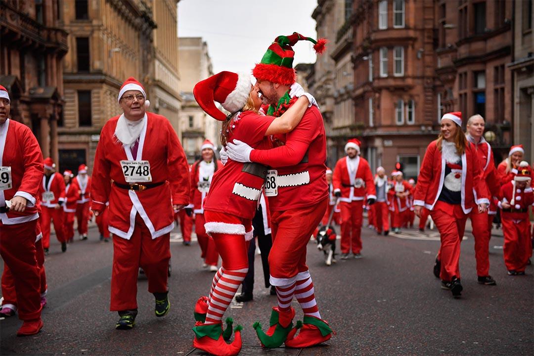 2016年12月11日,蘇格蘭格拉斯哥,逾七千人裝扮成聖誕老人參與巡遊,當中有一對男女在巡遊接吻。