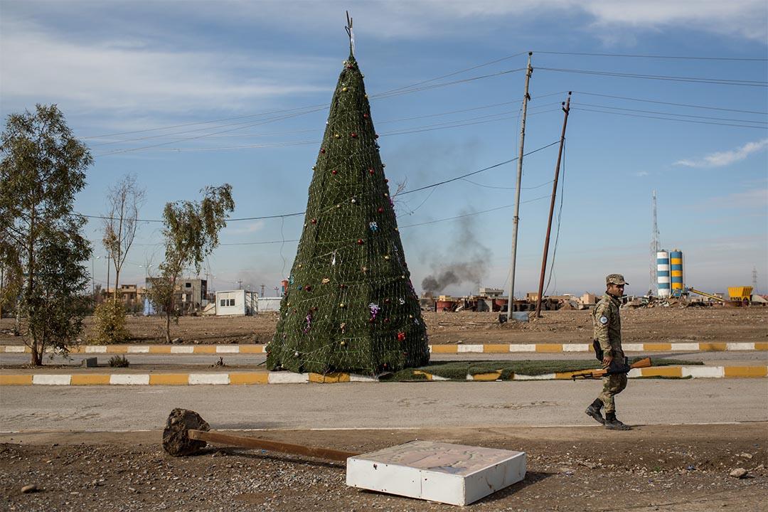 2016年12月22日,伊拉克摩蘇爾,一個士兵在聖誕樹前走過。