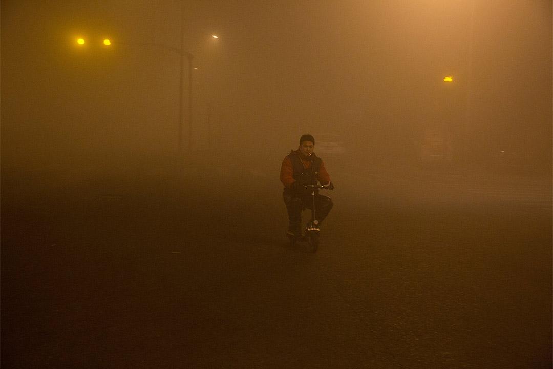 2016年12月20日,中國北京,街道被重重霧霾籠罩。