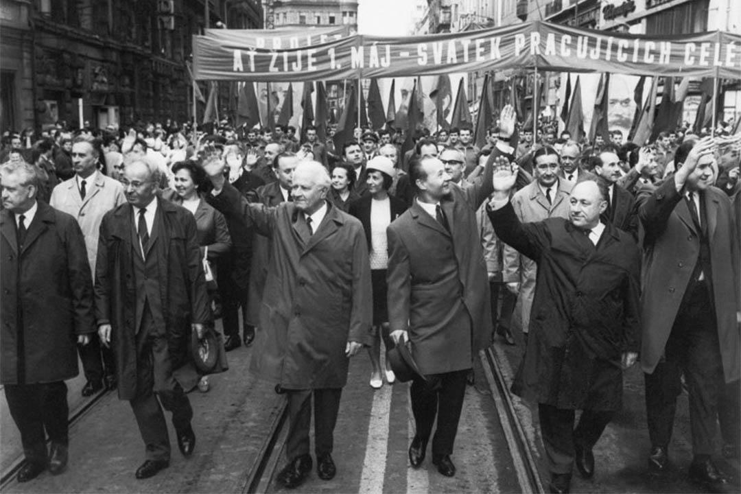 1968年5月1日,布拉格之春期間,捷克共產黨書記亞歷山大·杜布切克 (Alexander Dubcek) (左三) 在勞動節遊行中向群眾揮手。