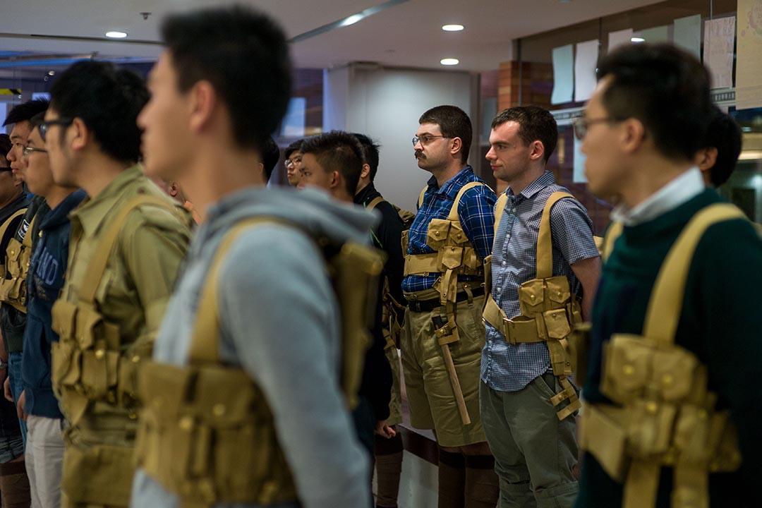 「守軍」們在香港大學練習步操。
