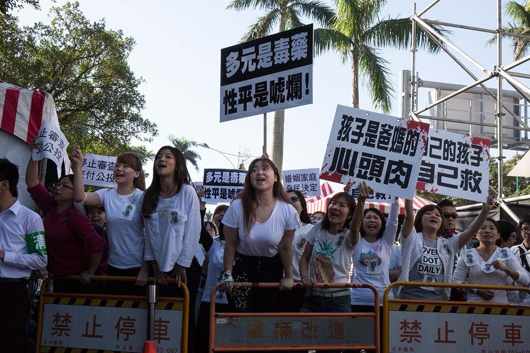 反同團體在立法院前集結抗議民法修正案。