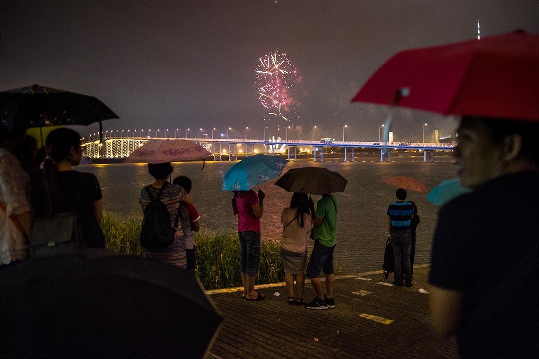 2015年10月1日,澳門,人群在海傍觀賞煙花。