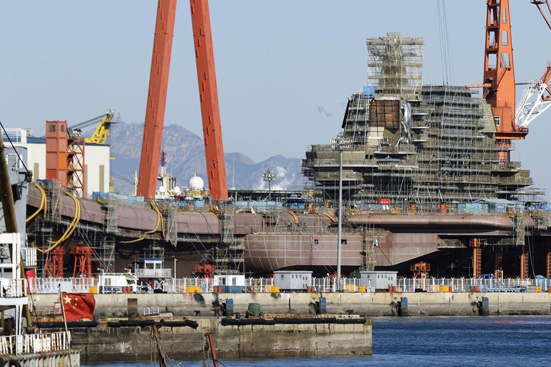 2016年12月,中國遼寧省大連建造的首艘國產航母基本完工。中國國內及海外的軍事專家預測航母最早明年年初下水。