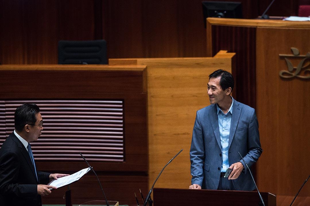 2016年10月12日,姚松炎宣誓就任立法會議員時在誓詞中增加內容。