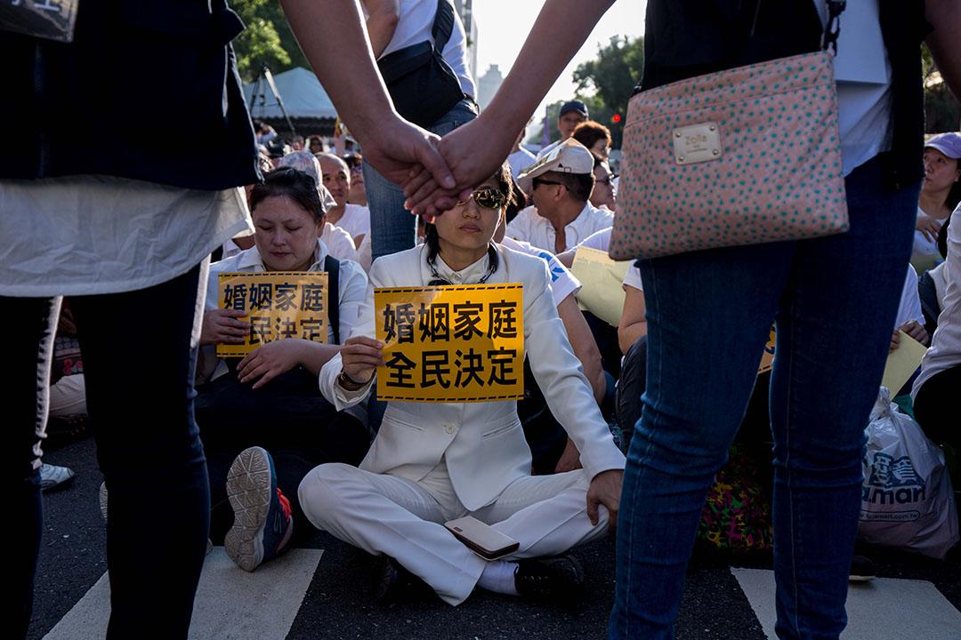 11月17日,「下一代幸福聯盟」號召上萬人包圍立法院。