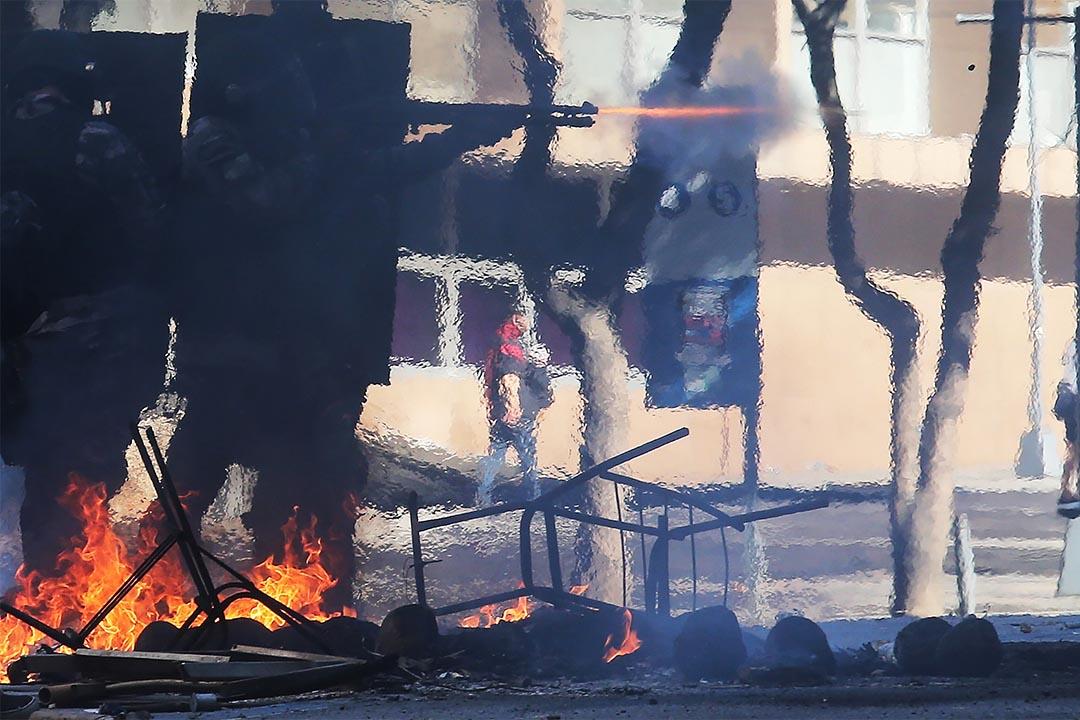 2016年12月6日,巴西里約熱內盧,反對緊縮措施的遊行中,軍警向示威者發射橡膠子彈。