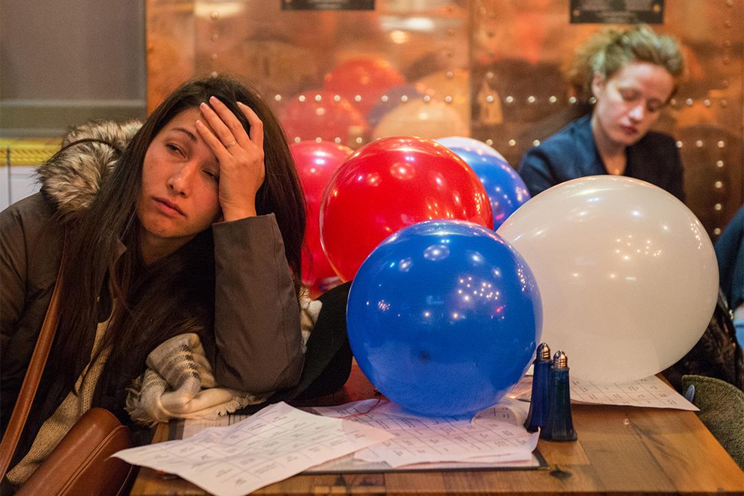 哈佛研究顯示全球一代人對民主失去信心。圖為希拉里的年輕支持者,在其敗選後面露失落表情。