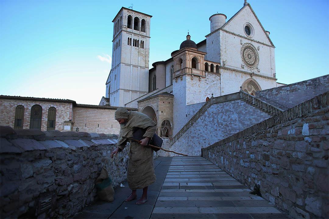 2013年3月15日,一個修士正要拾起袋子。