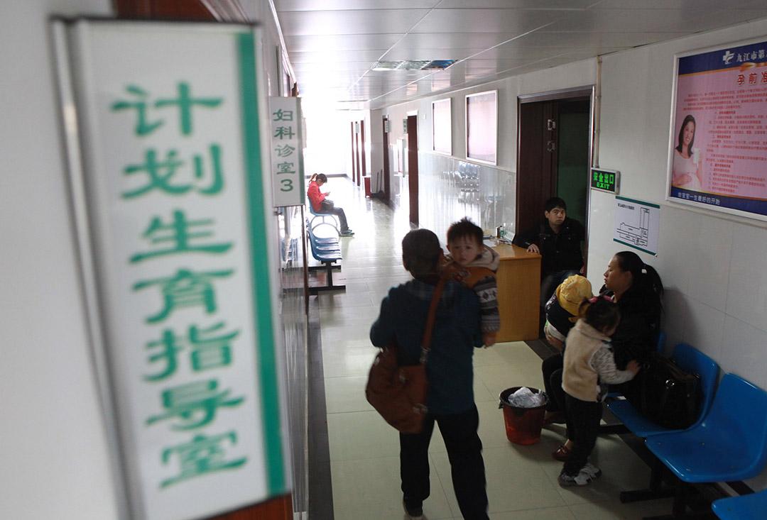 孕婦們在人民醫院做計劃生育和孕前檢查。