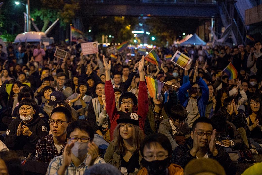 圖為2016年11月28日,台灣同性婚姻公聽會第二場,場外有同志集會。