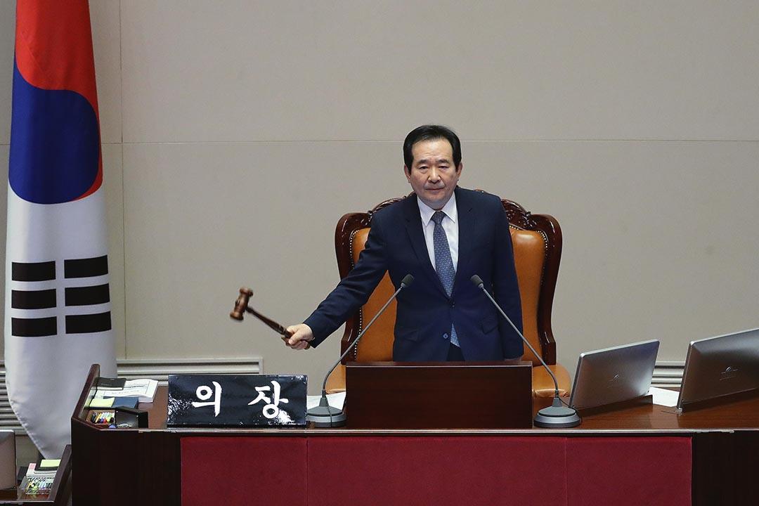 2016年12月9日,南韓首爾,國會議長丁世均宣佈通過彈劾總統朴槿惠的動議。