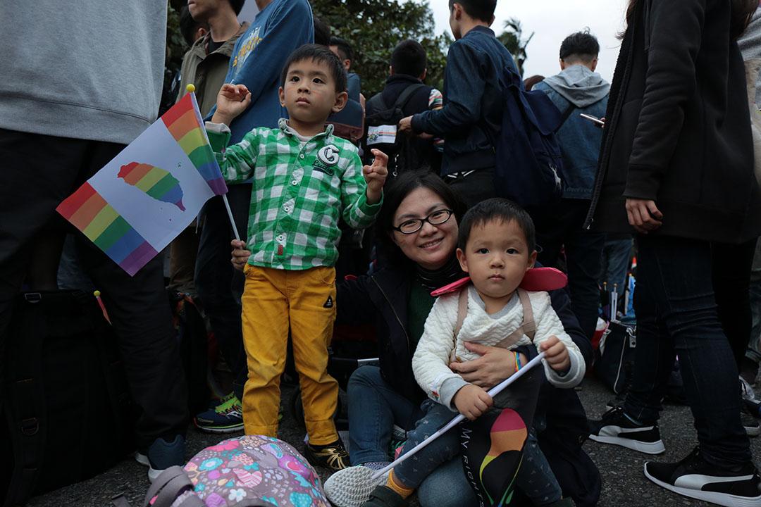 12月10日,同志團體於凱道舉辦音樂會,現場有母親帶著小孩到場支持。