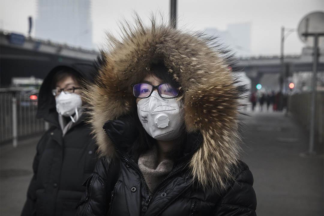 中國霾今天進入最嚴重時段,23個城市啟動紅色預警。2016年12月12日,中國北京,有人戴田罩出行。