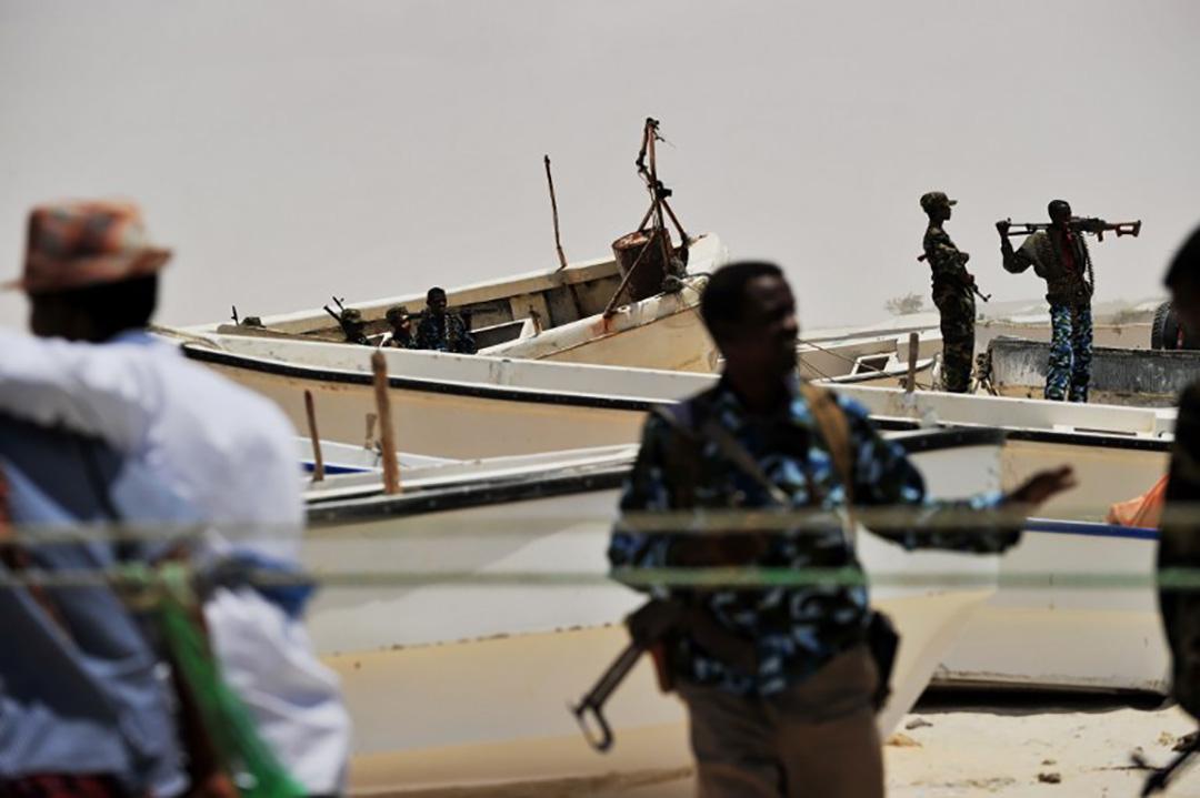 武裝民兵和一些海盜在Hobyo的海岸邊。