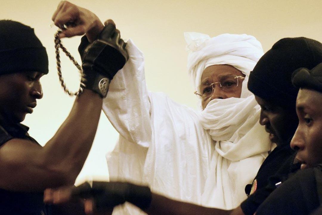 2015年7月20日,前乍得共和國總統哈桑·哈布瑞 (Hissène Habré)由獄警守護送進法庭進行第一次審判。
