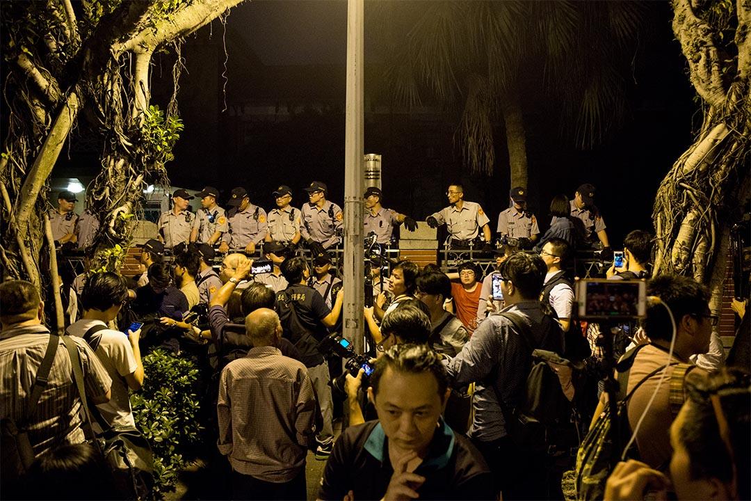 圖為2016年10月27日,台灣,有群眾發起拒砍七天假抗議。