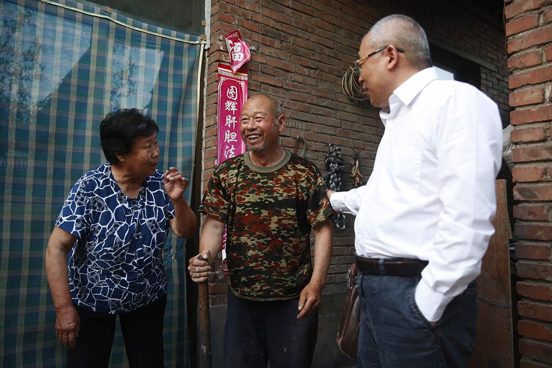 李樹亭律師與聶樹斌的父母聊天。