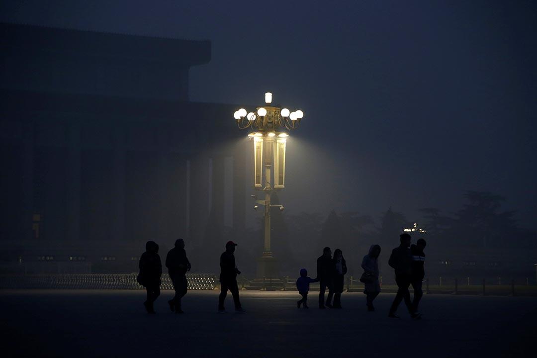 中國北京,市民到天安門廣場出席升𣄃儀式。