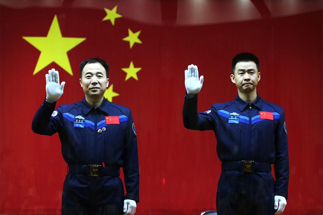 中國發布航天白皮書,提出航天強國的發展願景。圖為神舟十一號兩名航天員景海鵬、陳冬。