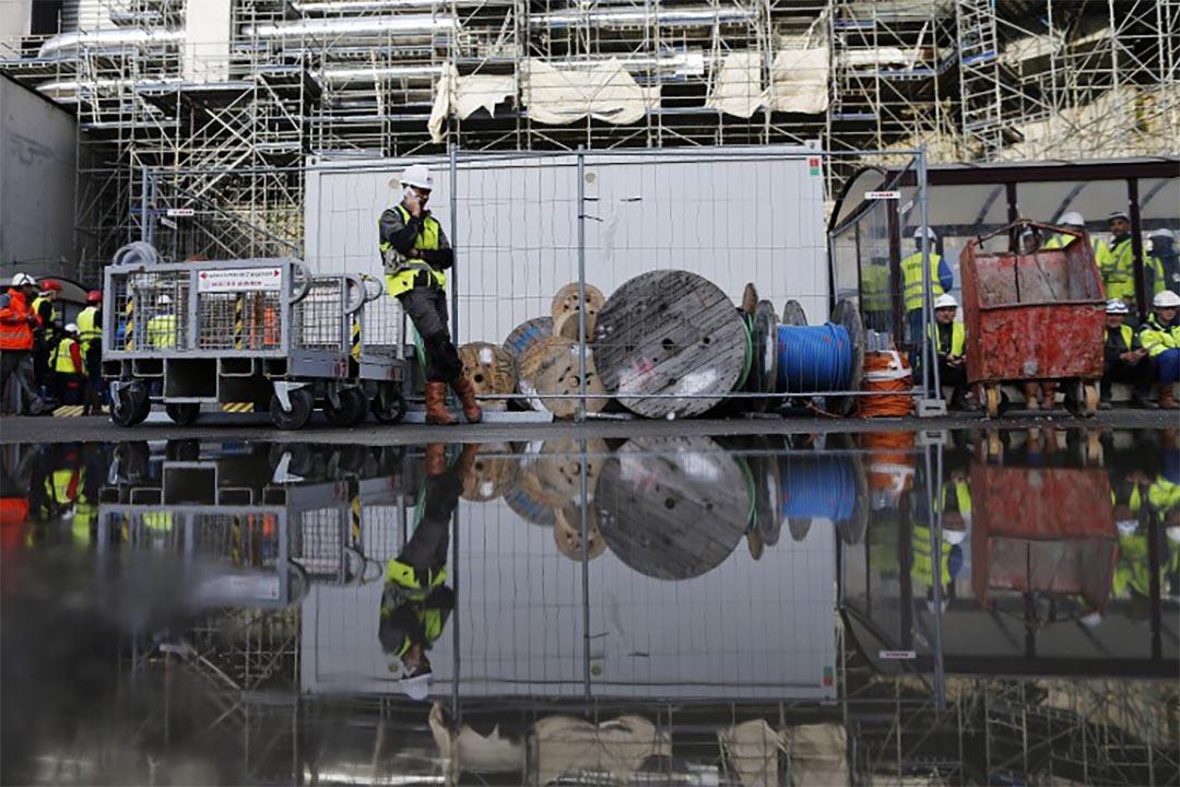 2016年11月16日,法國弗拉芒維爾,一個工人在核反應堆旁通電話。