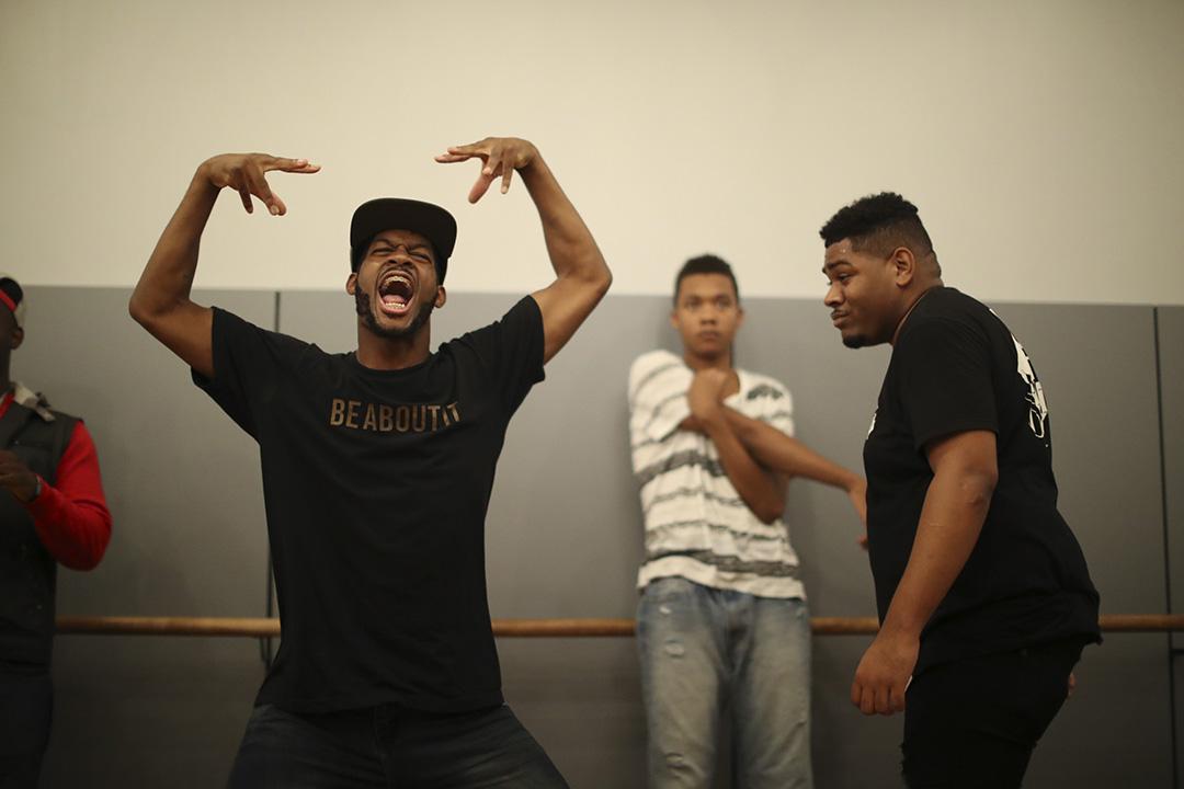 Hip Hop 起源於七十年代,工業化晚期的紐約南布朗克斯(South Bronx)黑人及拉美人青年社群,題材大多是他們不被主流社會關注的貧困生活、不平等待遇,又或是同儕之間自吹自擂的口頭較勁。