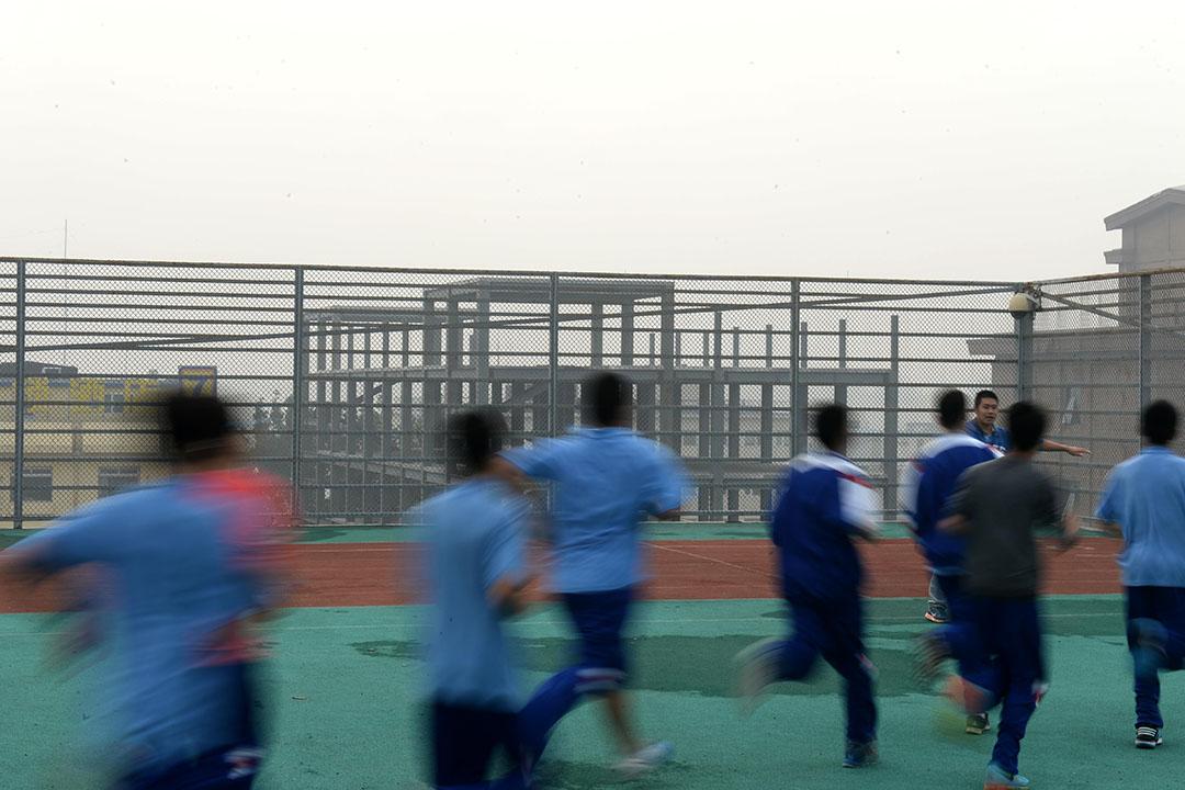 圖為學生們在樓頂上體育課。