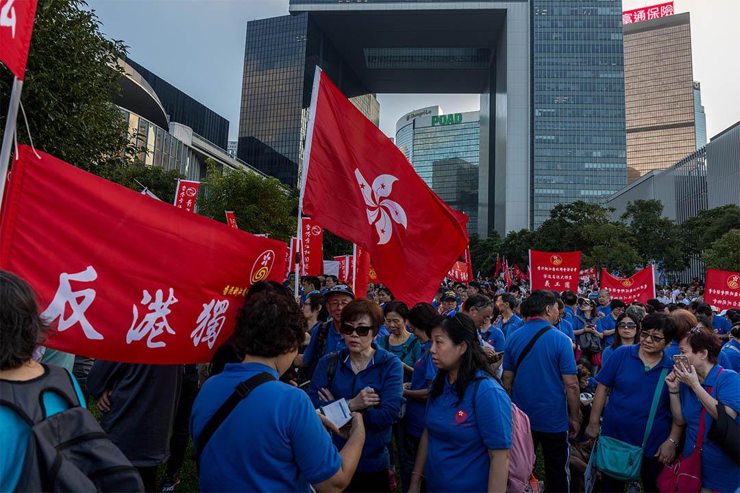 2016年11月13日,金鐘,建制團體於添馬公園舉行支持人大釋法及反港獨集會,穿上整齊制服的參加者。