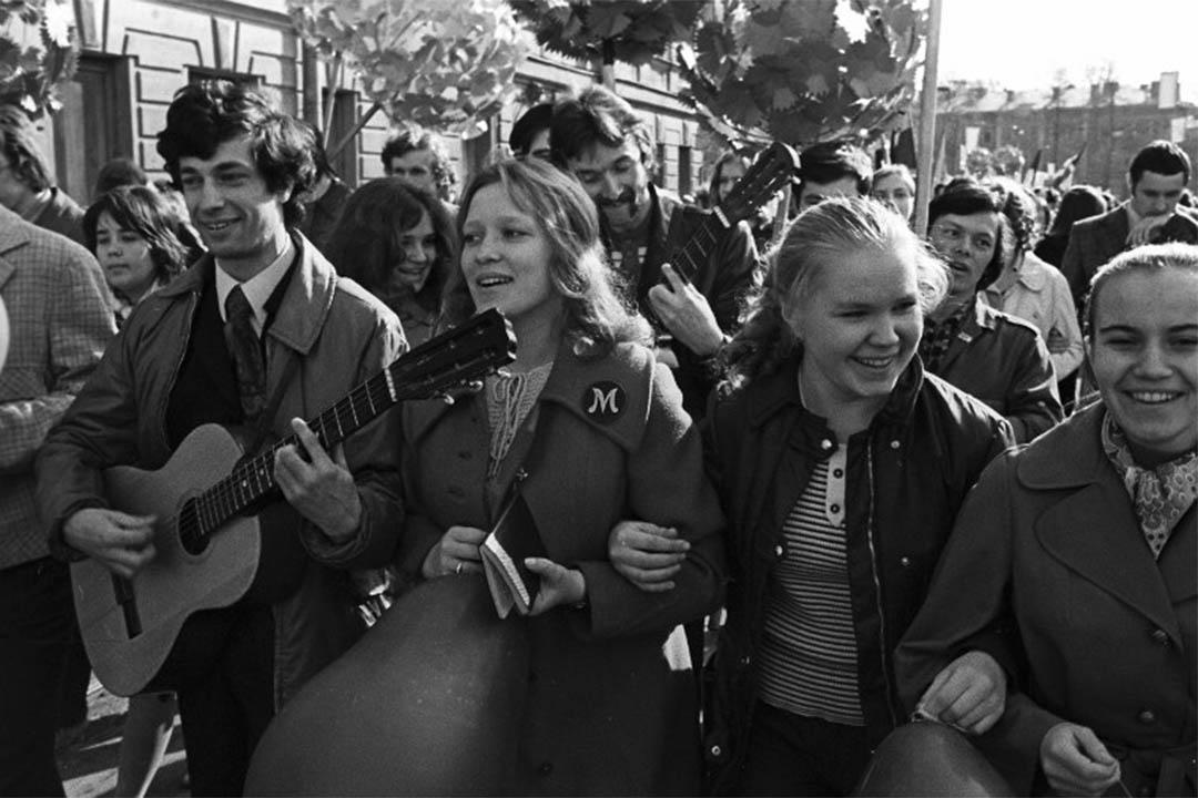 1975年5月1日,蘇聯一所大學的學生參與勞動節遊行。