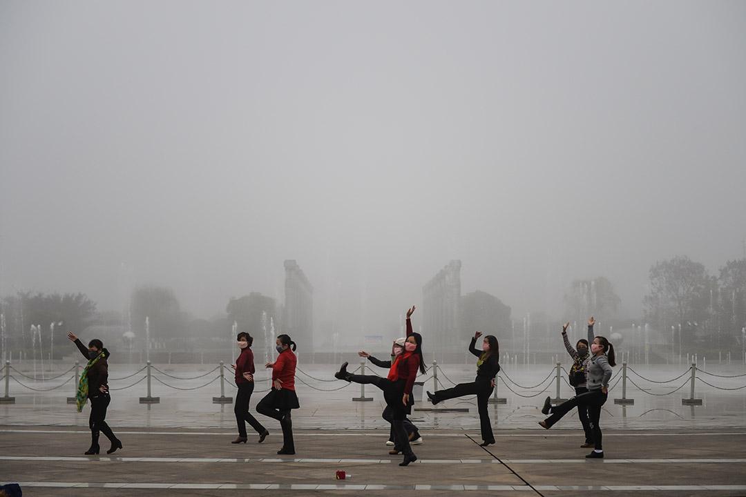 中國四川,一群婦女在廣場跳舞。