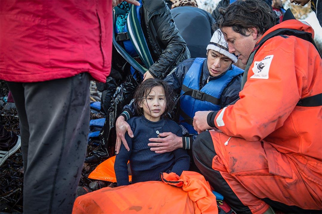2016年1月,希臘萊斯沃斯島(Lesbos, Greece),一對父女由土耳其坐小艇橫越大海,獲救後坐在萊斯沃斯島上的沙灘。無國界醫生和綠色和平的人員,聯同與希臘海岸衛隊,協助在萊斯沃斯島近岸遇險的船隻。