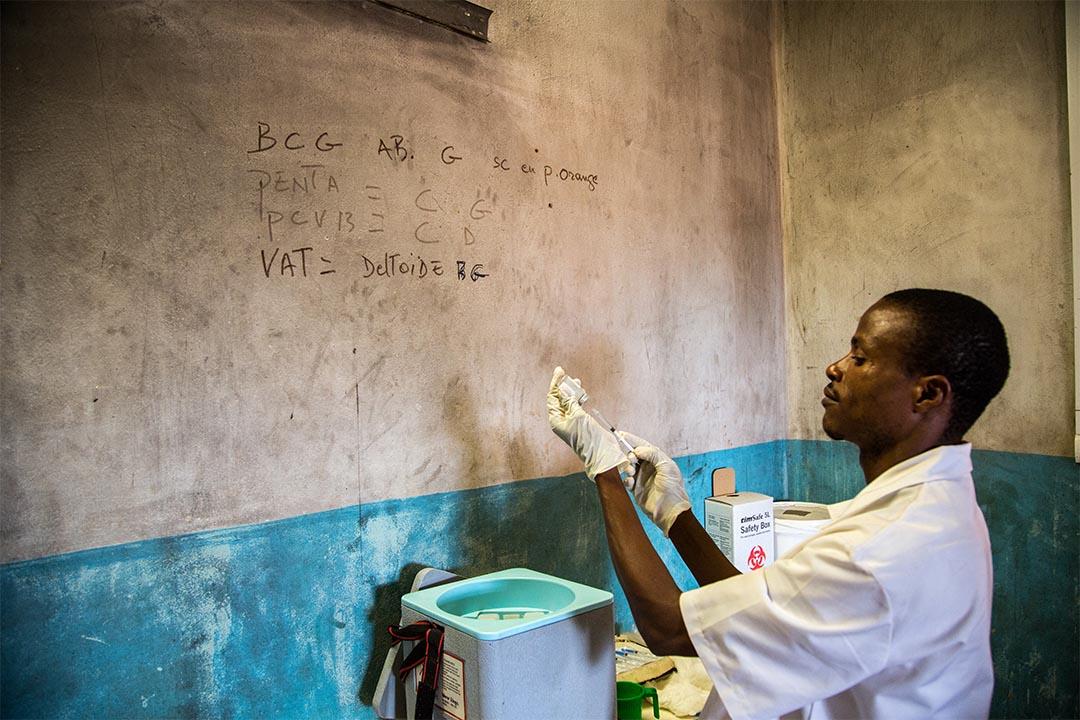 2016年2月,中非民主共和國(Central African Republic)一個醫生正為一次規模前所未見的疫苗注射活動做準備。活動由無國界醫生支援,旨在保護當地兒童免患上常見的兒童疾病。